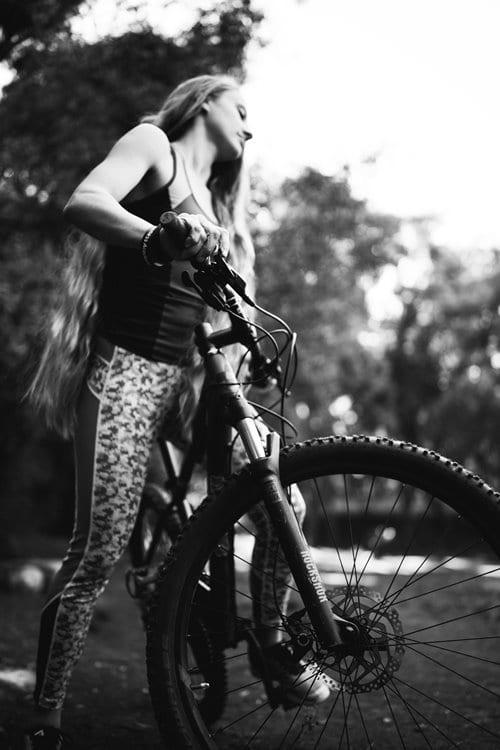 자전거타는 여인