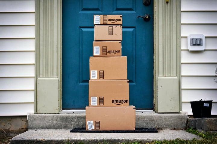 문 앞에 쌓여 있는 아마존 프라임 택배 amazon-prime-packages