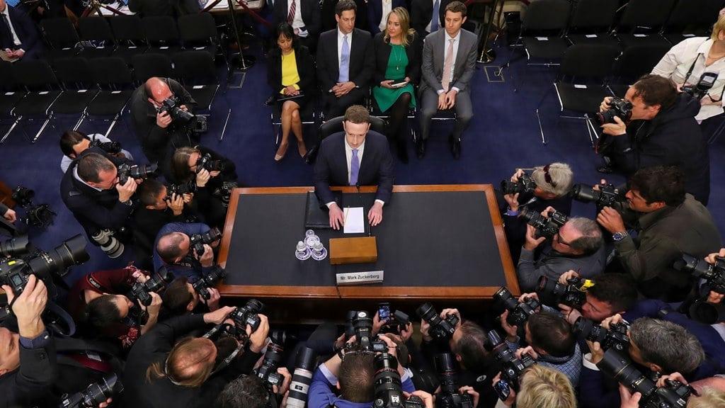 상원 청문회에서 증언하고 있는 마크 주커버그 이미지원 Quartz-Mark Zuckerberg Facebook CEO Testimony