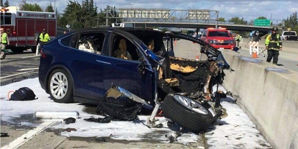 테슬라 모델 X 사고 모습 AP 제공 Tesla Model X car accident