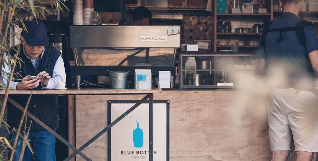 블루보틀에서 커피마시는 풍경 Bluebottle coffee Featured_unsplash