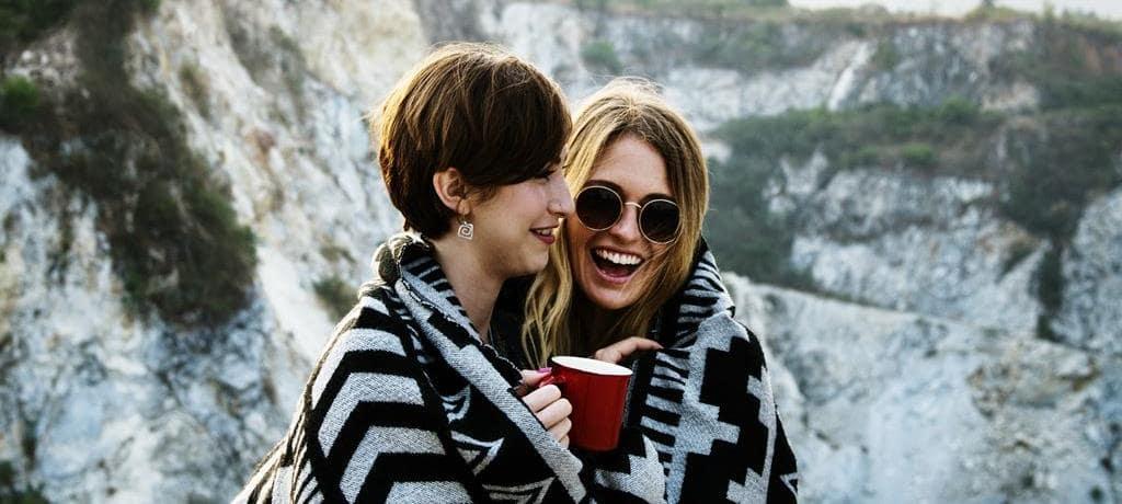 산을 배경으로 커피를 마시는 두 여자 Featured_pixabay
