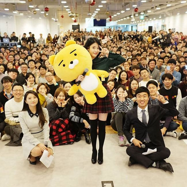 2016년 12월 23일 카카오 연말 환송식 기념사진 아이유 외 임지훈 당시 대표 페이스북