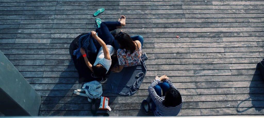 마루 덱에 누워있는 10대 아이들, IMAGE - UNSPLASH