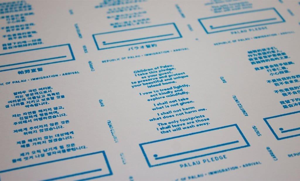 여권에 찍혀 서명케하는 팔라우 서약 도장 한글에서 영어까지 각국의 언어로 준비되어 있다 PALAU PLEDGE STAMP