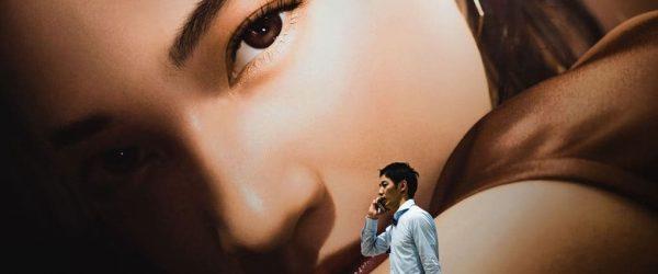 여자 모델 사진앞을 지나는 남자 ryoji-iwata-unsplash_Featured