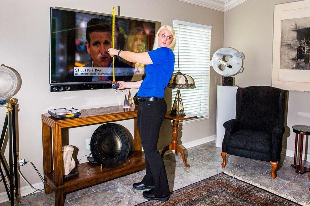 베스트바이 Kordash measures a television.PHOTOGRAPHER - DAVID WILLIAMS FOR BLOOMBERG BUSINESSWEEK