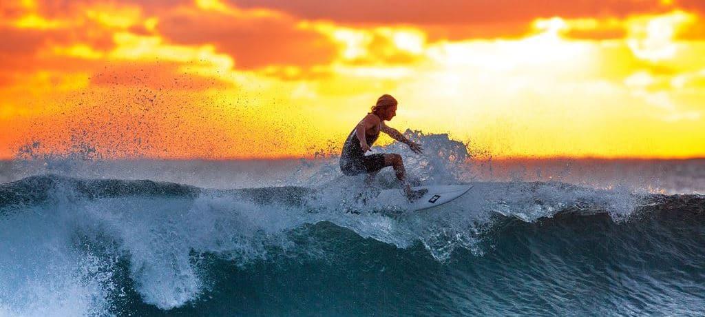 서핑 보드를 타는 여인 surfer_Pixabay_Featured
