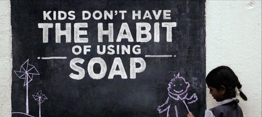 아이들은 비누를 사용하는 법을 모른다는 Healthy Hands Chalk Stick 캠페인 영상 이미지 중 한 장면