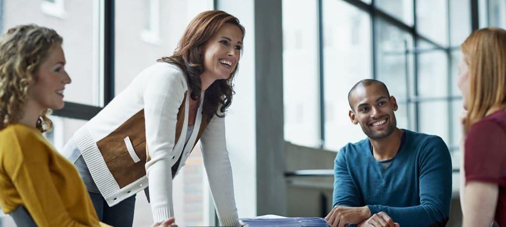 웃으며 미팅을 진행하는 여성 WOMAN MEETING facebook_Featured