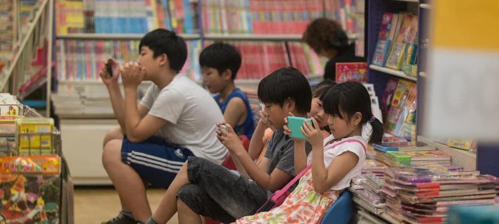 이마트 서점에서 스마트폰에 몰두해 있는 아이들, 이미지 - happist