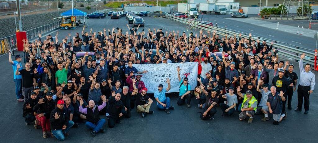 테슬라 생산 목표를 축하하는 테슬라 임직원 Tesla Team celebrates production milestone 02 Image source - Tesla