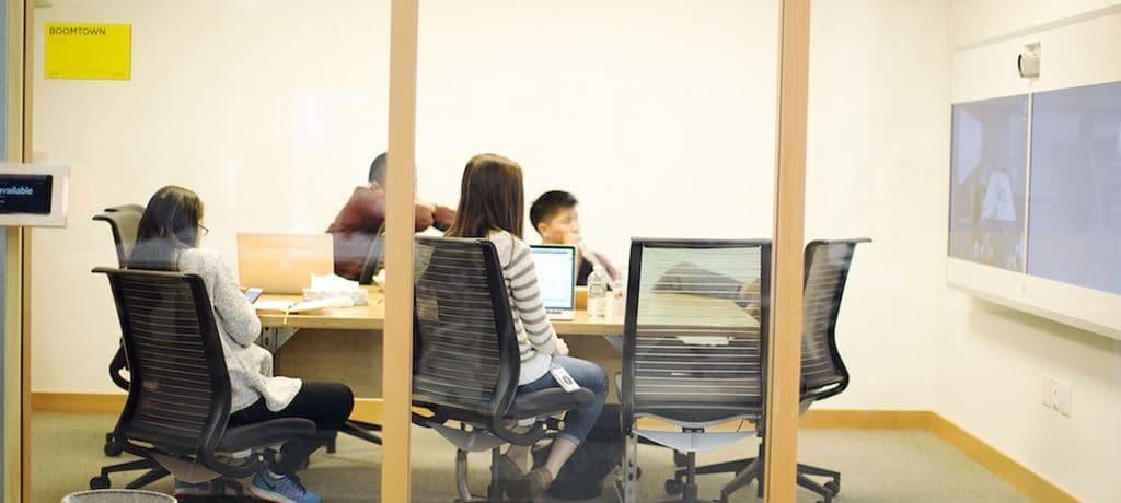 페이스북 엔지니어들이 회의하는 모습 facebook engineer
