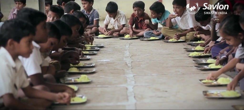 음식을 손으로 집어먹는 인도 아이들 Savlon Healthy Hands Chalk Sticks