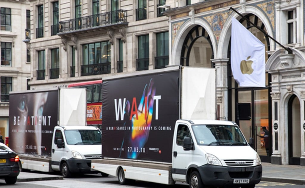 런던 애플 스토어앞에 주차해 있는 화웨이 P20 트럭 광고 huawei trucks uk in front of Apple Store, Image Source - theinquirer.net