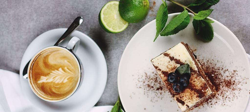 맛있는 케익과 커피 한잔 이미지 소스 - unsplash_Featured