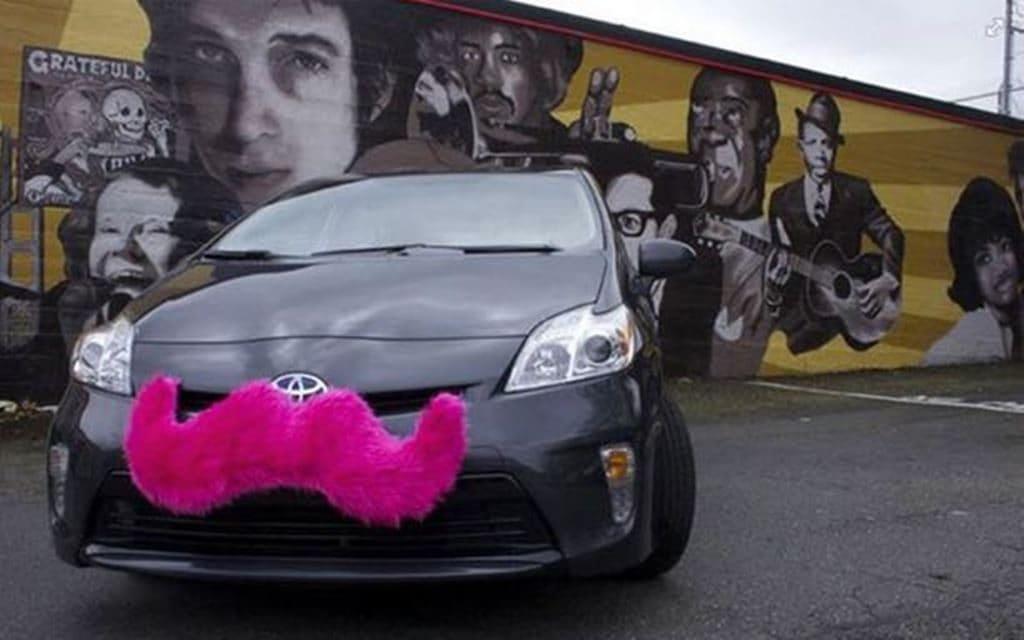 분홍색 콧수염으로 장식된 리프트 차량, lyft Image source from PR Week