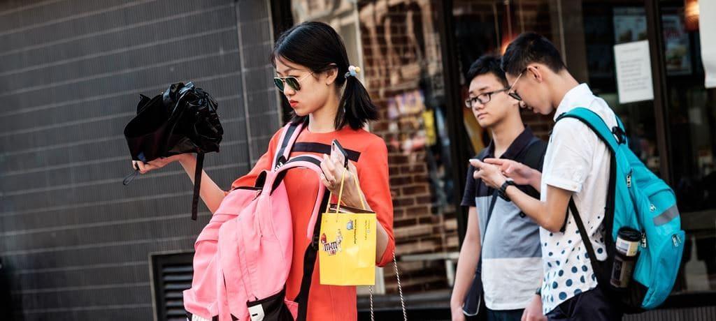 쇼핑 상품을 살펴보는 소녀, Image -kevin grieve Featured