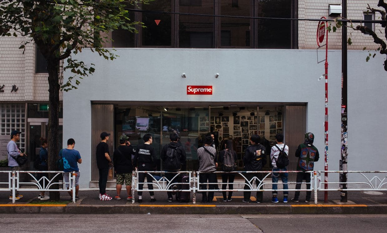 수프림(Supreme) 매장앞에서 줄을 서고 있는 젊은이들, charles deluvio
