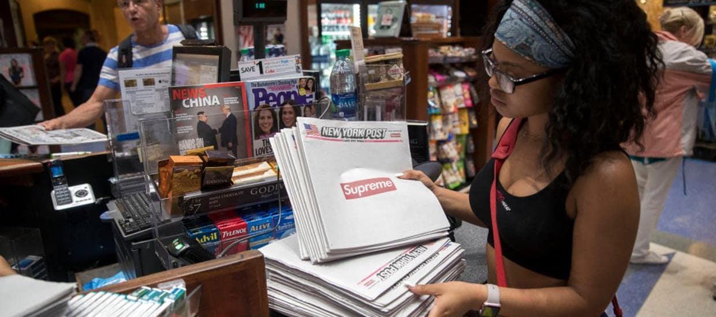 패션 브랜드 슈프림과 뉴욕 포스트와 콜라보신문을 살펴보는 뉴욕 여성, Image - NewYork Post
