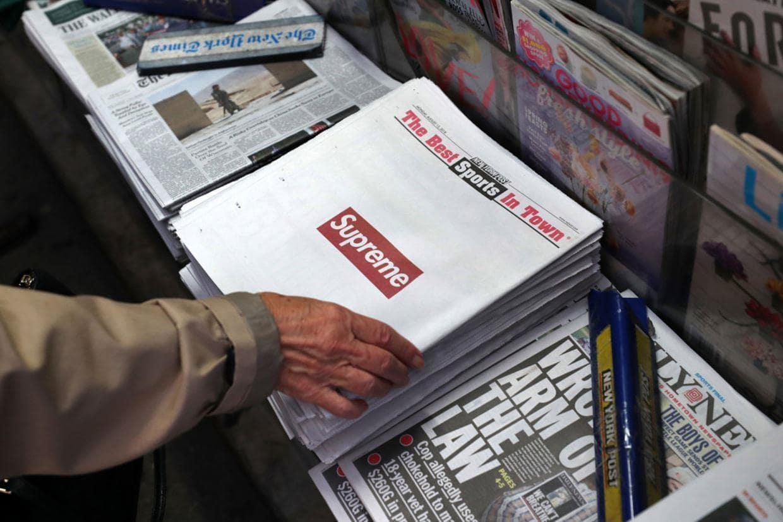 패션 브랜드 슈프림과 뉴욕 포스트와 콜라보신문이 가판대에 놓여 있는 모습, Image - NewYork Post