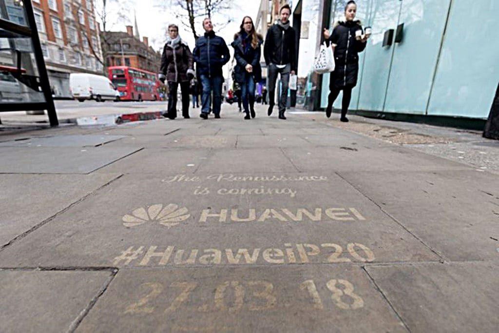 애플 및 삼성 매장 앞 도로의 화웨이 P20 광고 메세지 huawei trolls apple and samsung, Source - websawa.com
