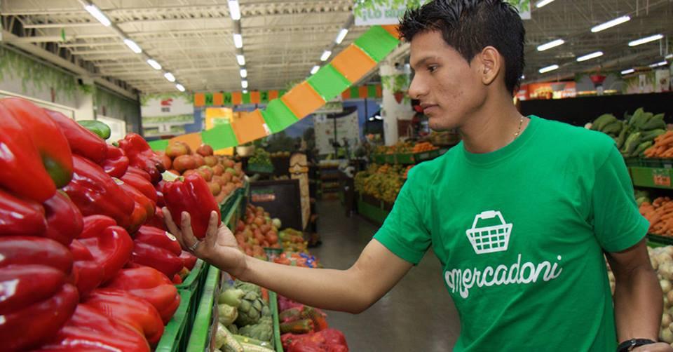 메르카도니(Mercadoni) 직원이 배송할 상품을 고르는 모습