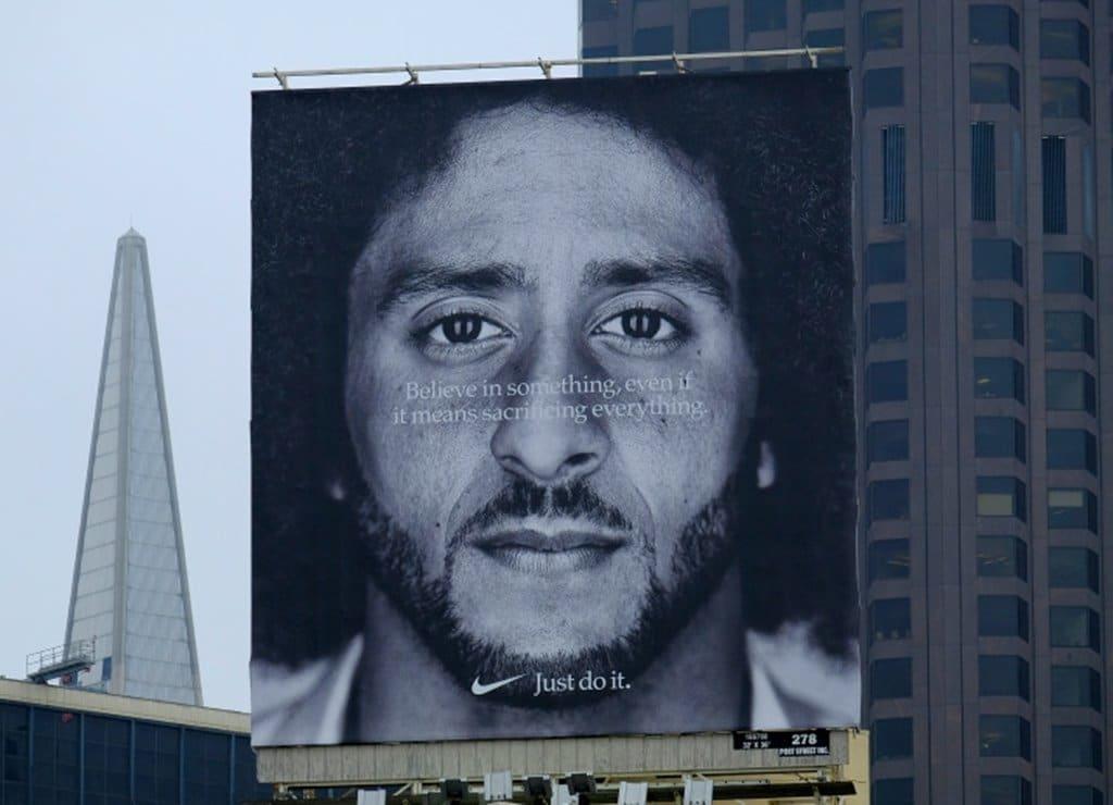센프란시스코 49번가에 세워진 콜린 캐퍼닉(Colin Kaepernick) 대형 빌보드 광고, Image - AP Photo