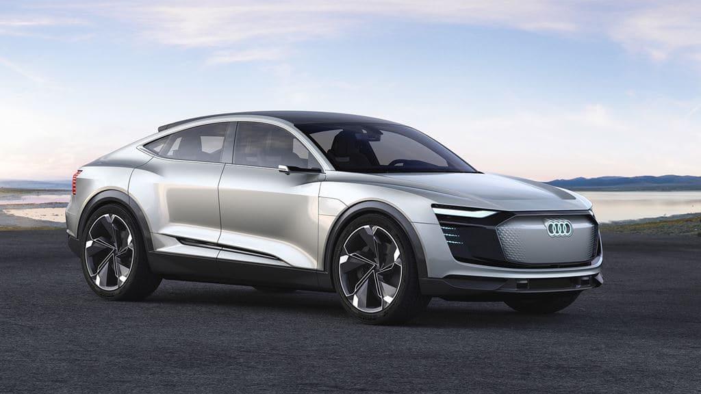 아우디 이트론(Audi e-tron)  옆면 주차된 모습, Image - Audi