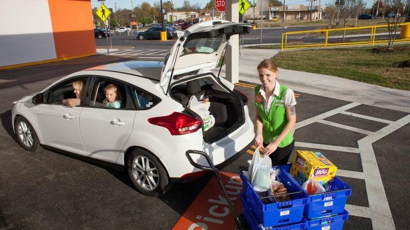 월마트 자동차에 픽업해 주는 모습, Image - WalMart