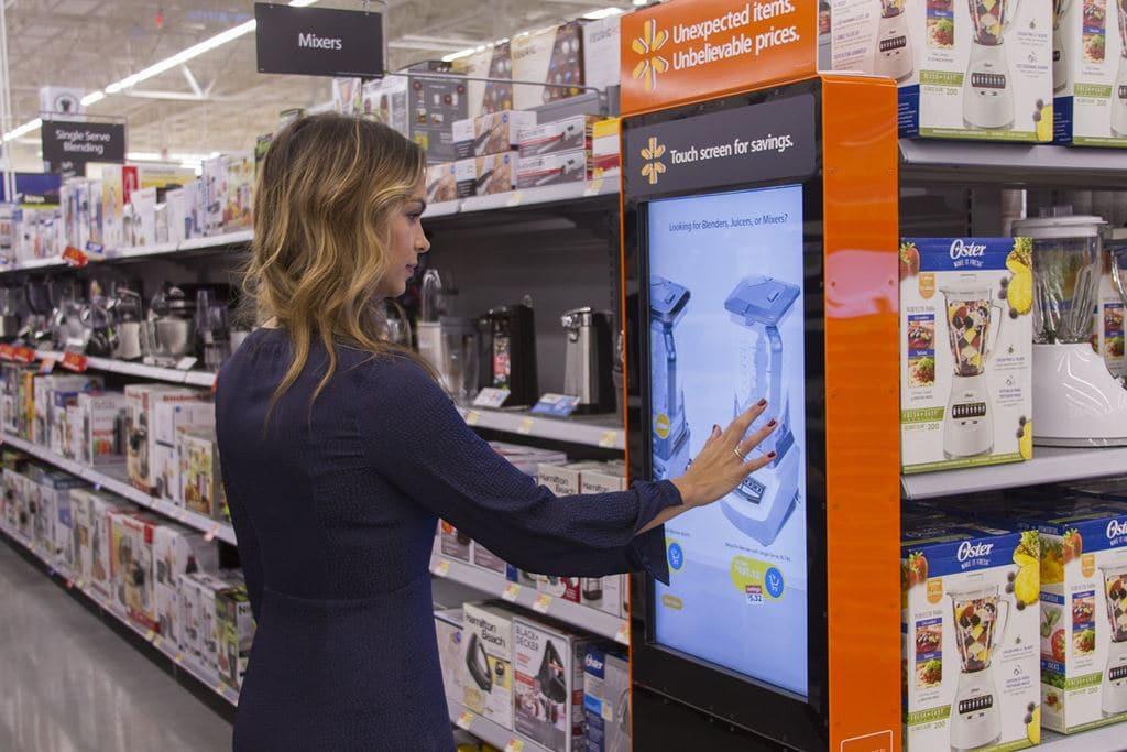 월마트 휴스턴 매장의 인터액티브 디스플레이에서 상품을 검색하는 Endless Aisles 이용 모습, Image - WalMart