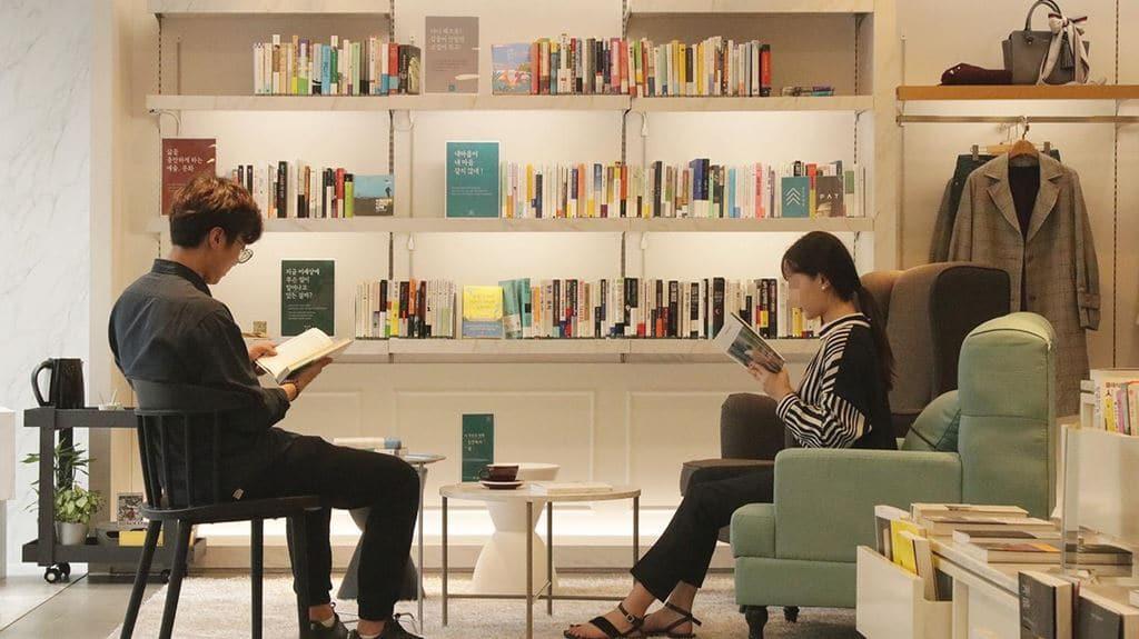 한국에서 독립서점으로 널리 알려진 최인아책방 내부, 의자에 앉아 책을 읽는 모습, Image - 최인아책방 페이스북