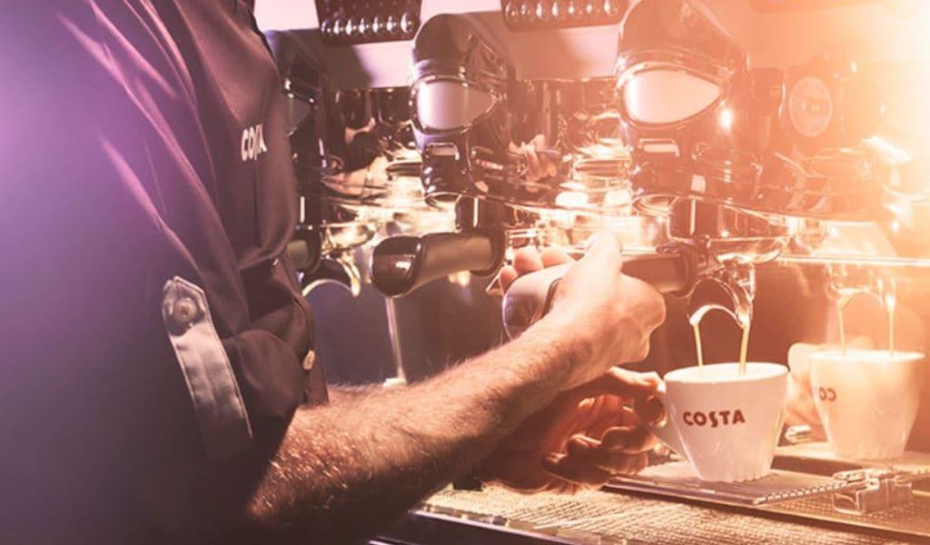 코스타커피 매장에서 커피를 내리는 풍경, Image - Costa
