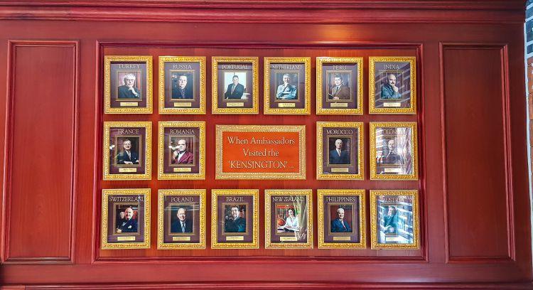 설악산 켄싱턴 스타호텔_호텔 로비의 Hall of Fame  호텔을 방문한 유명 인사들을 소개하고 있다-074850