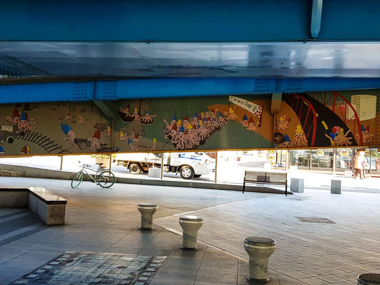 아바이마을로 가느 길, 고가 밑의 벽화