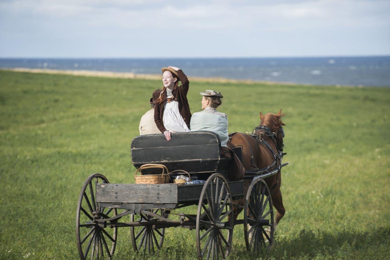 빨간 머리 앤 한 장면,마틸라와 마차를 타고 가면서 멋진풍광에 감탄하며 상상의 나래를 펴는 앤, Anne With an E 27,  Image - Neflix