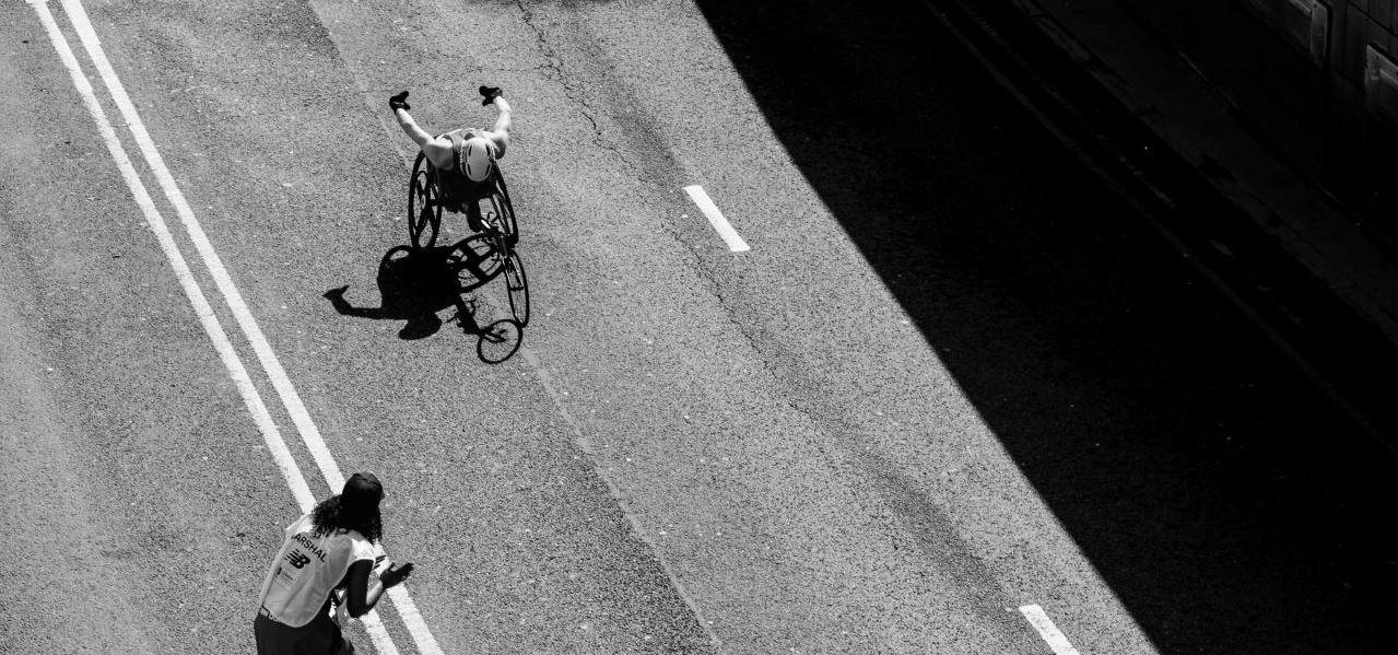 휠체어를 탄 장애인의 역주 모습, Image - ariel pilotto Featured