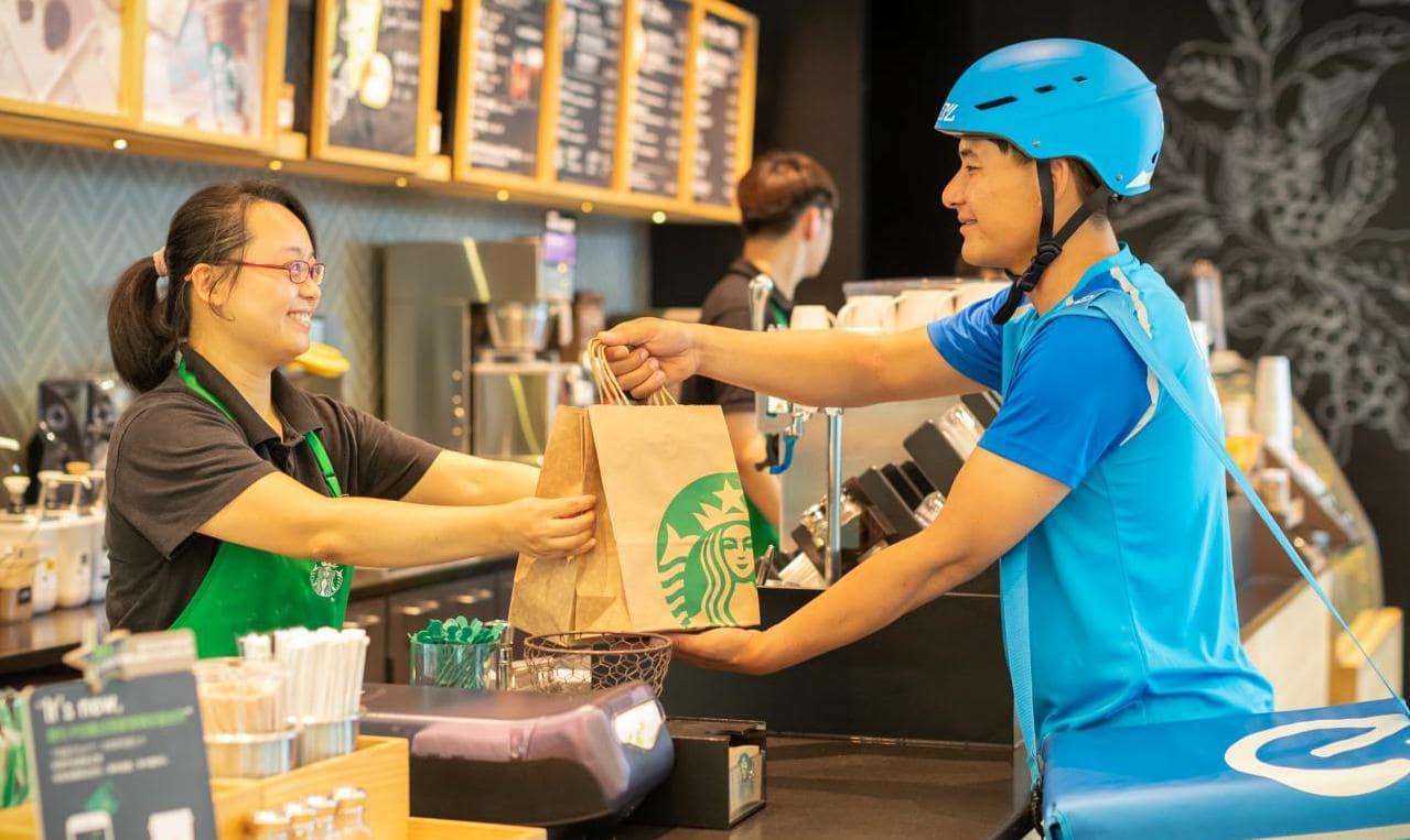 2018년 솽스이(舊 광군제) 쇼핑축제에서 스타벅스와  Ele.me의 배달 제휴 starbucks Alibaba Ele.me, Image - TechCrunch