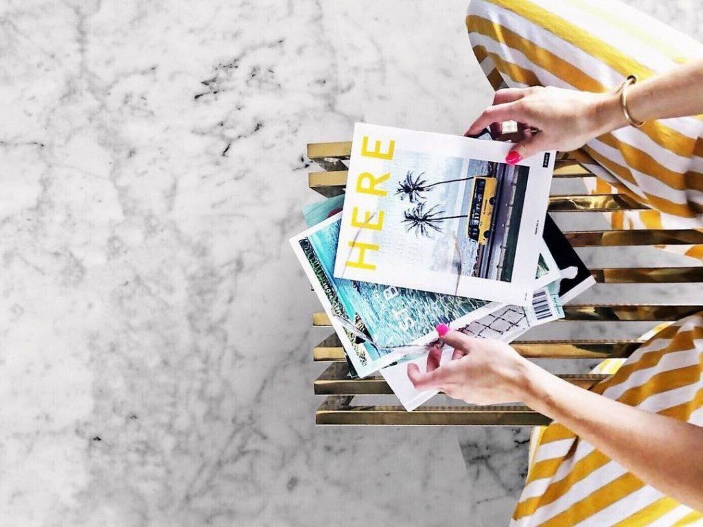 여행 가방 스타트업 AWAY가 발행하는 인쇄 및 디지탈 잡지 HERE를 일고 있는 여인, Image - AWAY