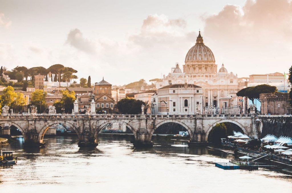 이탈리아 여행, 다리위로 보이는 바티칸 성 베드로 성당(Basillic Papale di San Pietro), Image - christopher-czermak