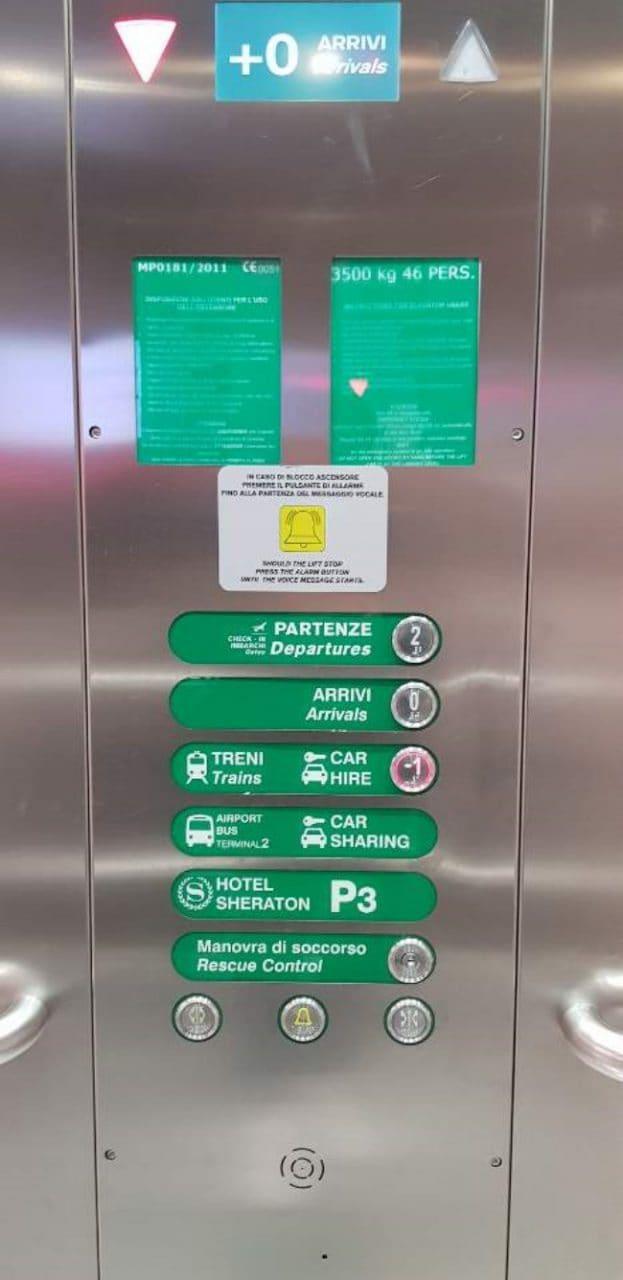 이탈리아 여행, 밀라노 말펜사공항 입국장을 나와 허츠렌트카로 가는 길 투명 엘리베이터 버튼