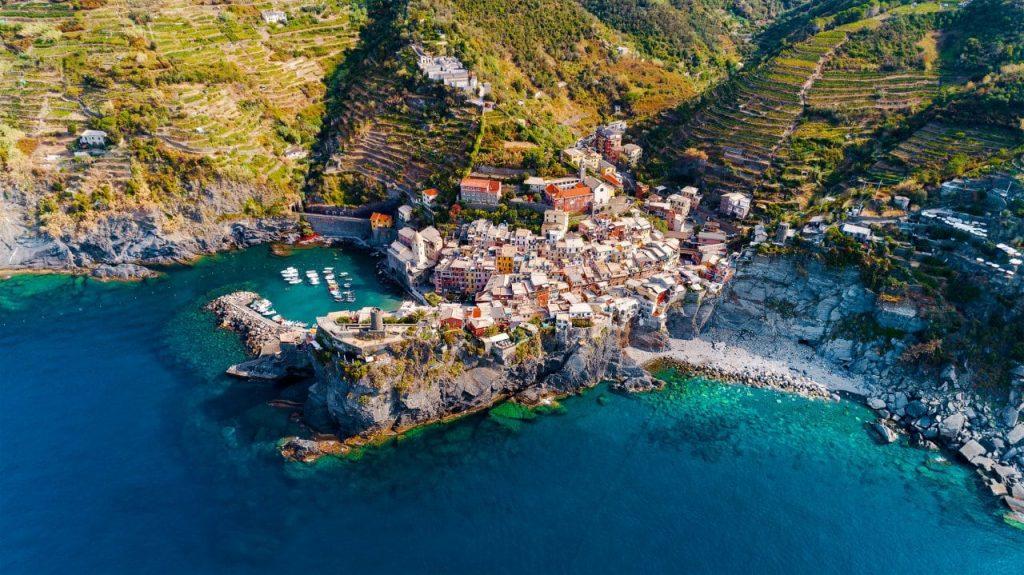 이탈리아 여행, 친쿼테레(cinque terre) 베르나차(Vernazza)를 하늘에서 바라본 풍경, Image - Daniil Vnoutchkov