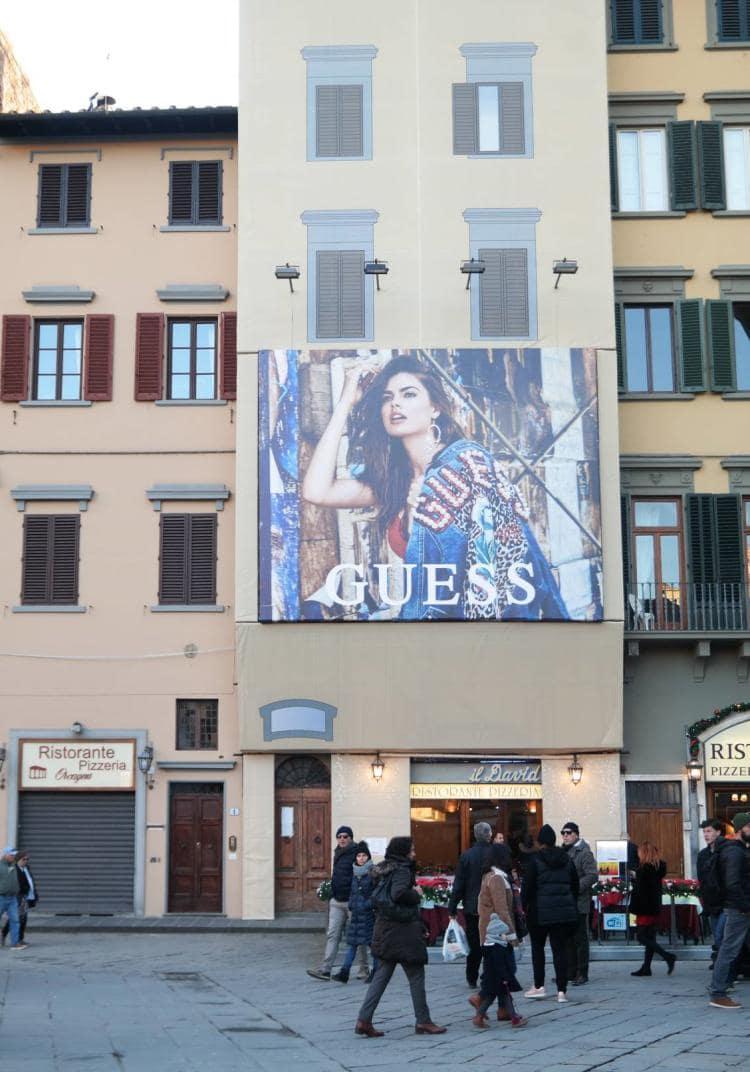 이탈리아 피렌체 베키오궁전 옆 건물에 걸려 있는 게스 청바지(GUESS JEAN) 광고 건물과 함께 세로로 담아보다