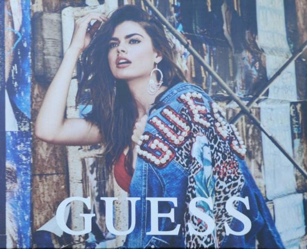 이탈리아 피렌체 베케오궁전 옆 건물에 걸려 있는 게스 청바지(GUESS JEAN) 광고