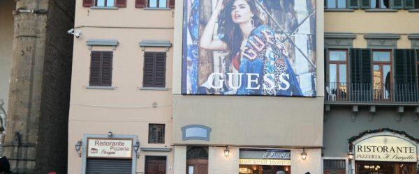 [이탈리아 자동차여행] 베키오궁전 앞의 게스 청바지 광고 1