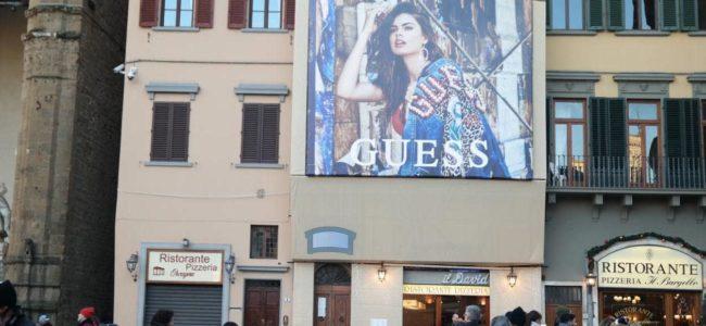 [이탈리아 자동차여행] 베키오궁전 앞의 게스 청바지 광고