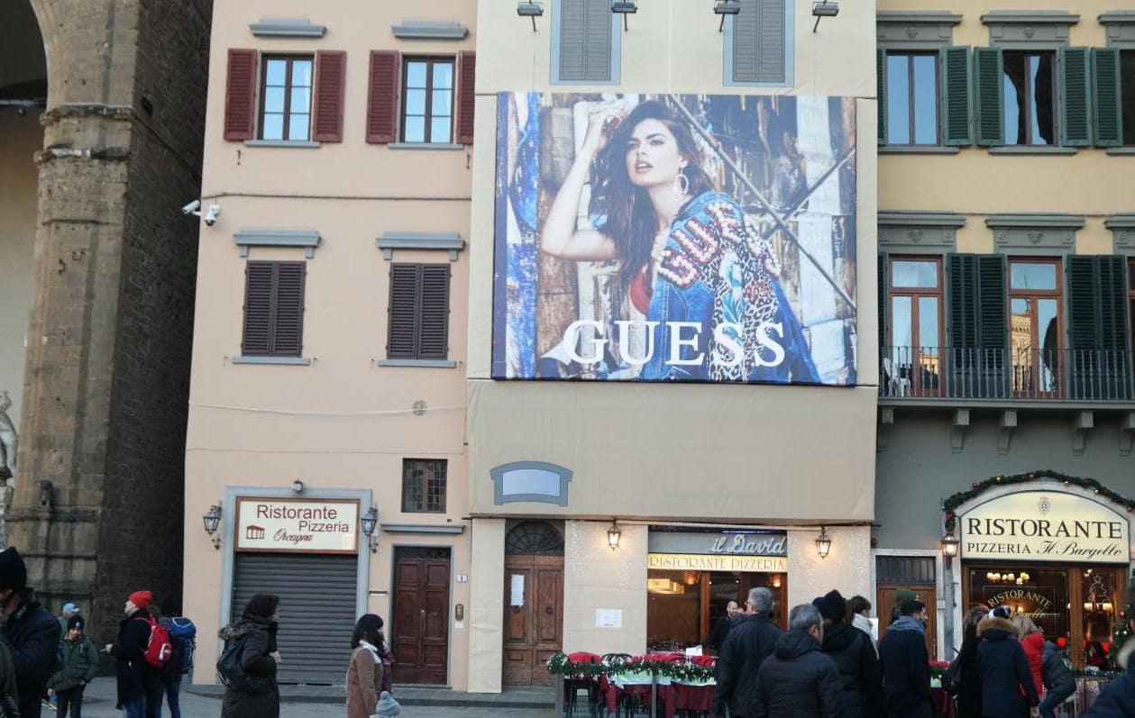 이탈리아 피렌체 베키오궁전 옆 건물에 걸려 있는 게스 청바지(GUESS JEAN) 광고_가로로 담아 보다