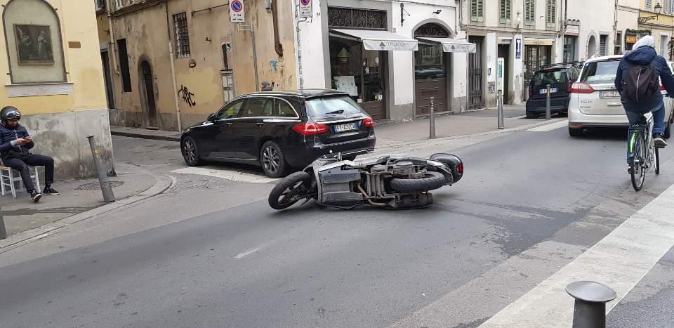 이탈리아 피렌체 자동차 사고 상황을 스마트폰 카메라로 담다
