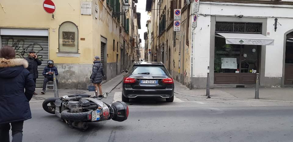 이탈리아 피렌체 자동차 사고 상황을 스마트폰 카메라로 담다_뒷에서 담은 상황