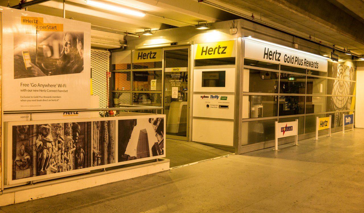 이탈리아 밀라노 말펜사 공항의 렌트카 주차장 입구에 있는 허츠 골드플러스 리워드즈 사무실,  Image by Happist